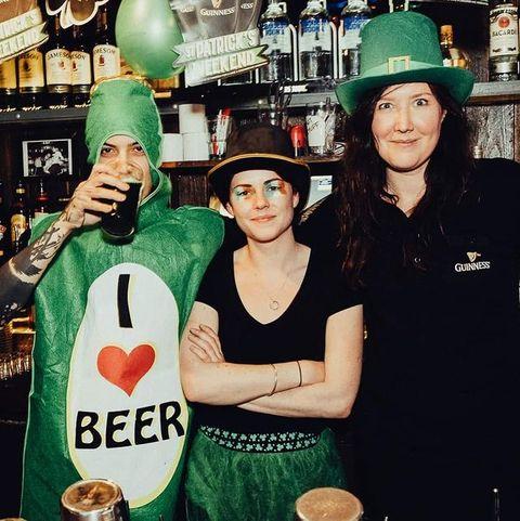 🍀 HAPPY #stpatrickday 🍀 Venez récupérer votre #kit sur notre stand pour faire la  St Patrick à la maison #tousenvert Nous sommes ouvert à emporter #joinus . . 🍀RDV À 19h sur notre page Facebook pour notre #livestream spécial 🥳 ⬇️ ENCORE QUELQUES HEURES POUR PARTICIPER À NOTRE GRAND JEU CONCOURS