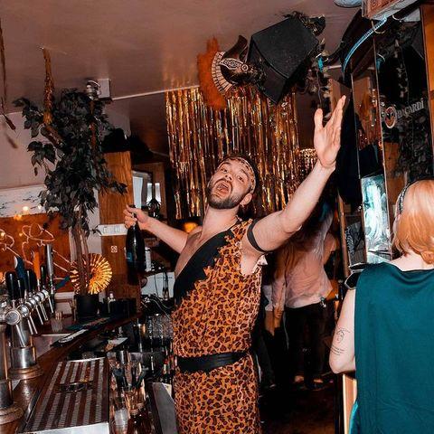 ⭐ Il y en avait un qui était heureux de passer en 2020 ! #throwback #nye2020   Allez, courage J-2 avant de zapper cette année 🤪 NEXT  Love ya  🍾  #nye #nyeoutfit #nye2021 #newyear #newyearoutfit #newyearseve #bar #pub #irishpub #glitter #partytime #party #paris #parisparis #pigalle #osullivansbackstagebythemill #osullivanspigalle #champagne #cheers #bartender #bartenderlife #barmaid