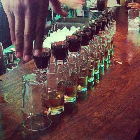 🎳 Strike!  A tous ceux qui travaillent, on souhaite que votre semaine s'écoule aussi vite. Pour les autres : CHEERS !  😉 Tout ça pour dire qu'on vous souhaite un bon lundi  ▫️  #shots #shot #jaberbomb #jagermeister #jäger #jager #redbull #party #monday #mondaymotivation #glass #bar #bartender #osullivansbackstagebythemill #osullivanspigalle #strike #cheers