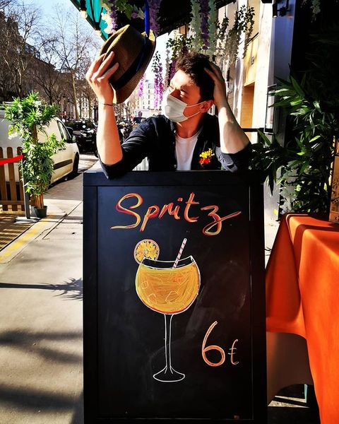 🍹 Élu meilleur produit de l'année. À votre avis on parle du #Spritz ou du #barman ?  ➡️ We're open all week-end!  🔸  #cocktails #bar #barparis #barman #bartender #aperolspritz #irishpub #takeaway #food #drinks #snackfood #paris#parisparis #sunnyday #pigalle