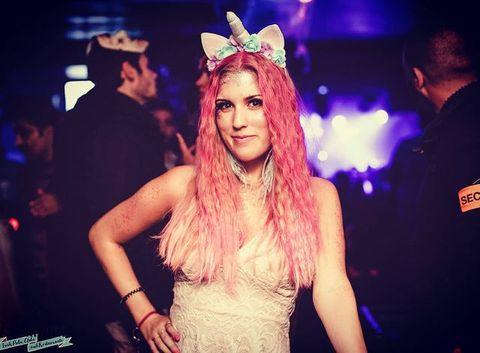 🦄 Saviez-vous que c'est son costume préféré ? #unicorn  On a été dans le déni jusque là, mais notre belle Caroline adorée nous fait ses aurevoirs pour  vivre de magnifiques nouvelles aventures !  @carrocarrot notre chanteuse, Barmaid, maîtresse du VIP... Vas nous manquer terriblement 😭🌹  Quelle chance  de l'avoir eu auprès de nous, on lui souhaite tout le meilleur.  We love you so much!!!   💕 Dites lui combien vous l'aimez en commentaire.  ▫️  #cheers #love #loveyou #barmaid #pigalle #osullivansbackstagebythemill #osullivanspigalle #vip #bar #sweetcaroline #heartbroken #paris #enjoy #newlife #newadventures