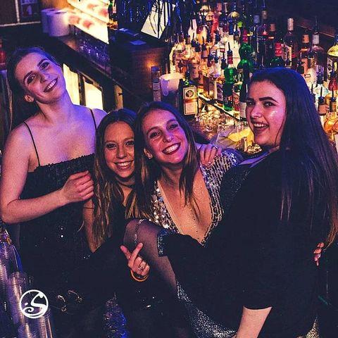 👑 Queen  C'est toute l'année of course, mais on vous le souhaite quand même façon Barmaid : bonne Journée Internationale du droit des Femmes !  ▪️  #barmaid #women #journeedelafemme #girls #woman #bar #droitdesfemmes  #equality #paris #pigalle #paris18 #parisparis #pigalle#osullivansbackstagebythemill #osullivanspigalle