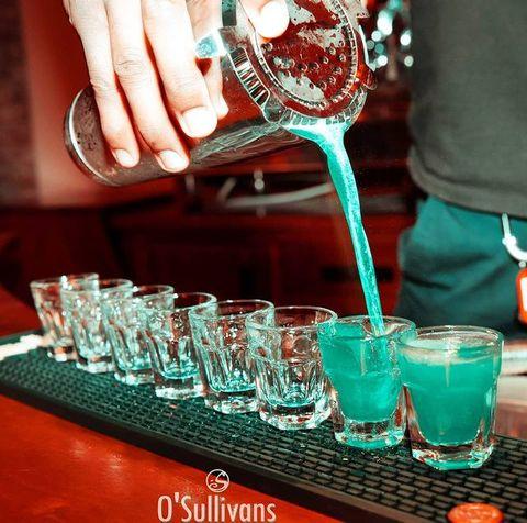 🎨 Être (votre) Barman, what an Art!  🔹Journée Européenne des Métiers d'Arts 🔹  Parce que l'Art est partout, c'est quoi votre métier ? Dites le nous en commentaire ! ❤️  . .  #art #artist #metiersdart #barman #barmaid #shots #bluelagoon #emerald #emeraldgreen #cocktail #paris #parisparis #pigalle #paris18 #shaker #osullivanspigalle