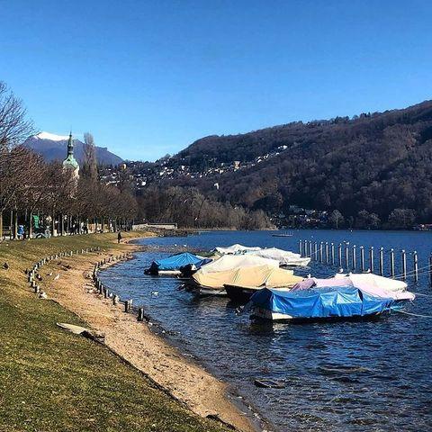 Fast Frühling heute! Die Seepromenade von Caslano ist ein Katzensprung vom Centro entfernt und der perfekte Ort, um ein Eis zu geniessen. Unsere Gäste lieben es, dorthin spazieren zu gehen! . #caslanoswitzerland #seepromenade #malcantone #magliaso #seeufer #ticinoturismo #tipsweek #spazierengehenistschön #spazierenmachtglücklich #naturelovers #naturgeniessen #ticinomoments #frühling #centromagliaso #centro_magliaso