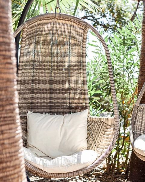 Who said the SUMMER was over 🌸☀️ 3 more weeks of garden love before cozying up inside 🌾  Photo credit : @arno_wedding_photography   #villadjunah #djunahliving #frenchriviera #cotedazur #hangingchair #happyplace #goodvibes #haveagoodday #cocktail #restaurant #jlp #antibesjuanlespins #happyhour #sundaybrunch #beach #paradise