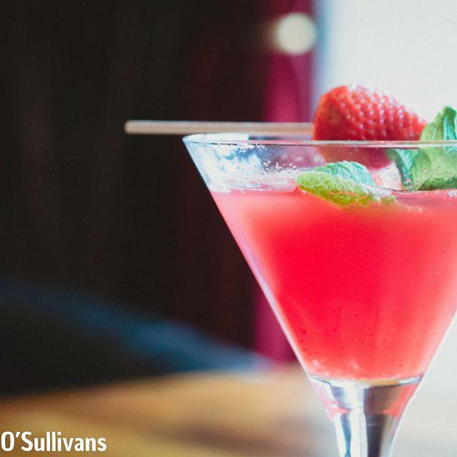 🌹Cocktail La vie en rose 🌹  Pour 1 verre:  #rose#violette   •4cl de Vodka  •2cl de sirop de violette  •1,5cl de sirop de rose  •1,5cl de jus de citron  •2cl de jus de cranberry   Pour la décoration: #toujoursplus  🍓Une fraise  🌿Une feuille de menthe   Mettre deux gros glaçons dans ton verre pour le refroidir. Versez les ingrédients dans un shaker ensuite mettre les deux gros glaçons dans votre shaker et mélangez (shake) délicatement puis décoré avec une fraise et une feuille de menthe   Bonne dégustation 🌹💜   #bar#paris#cocktails#rose#violette#new#pub#champselysees#restaurant#irishpub#irlande#biere#primtemps#spring#soleil#osullivansfranklindroosevelt