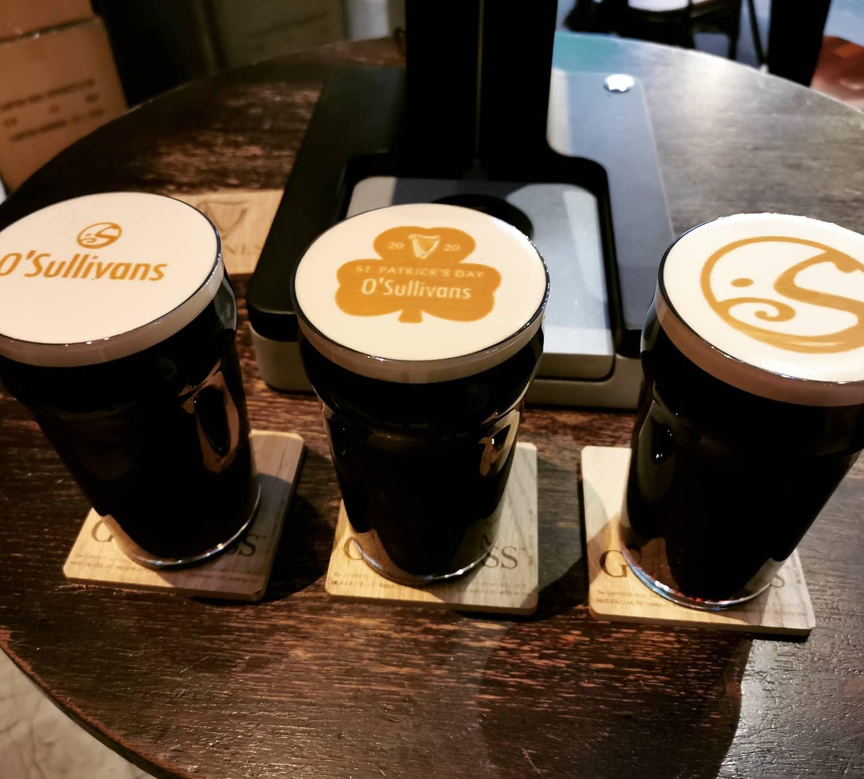 #aboutlastnight pendant l'#happyhour on customisait vos bières #guinness ☘️ . .  Pour les plus chanceux qui récoltaient un #luckycharm = UN CADEAU ! 🎁 . . La #stpatrick est officiellement lancée !