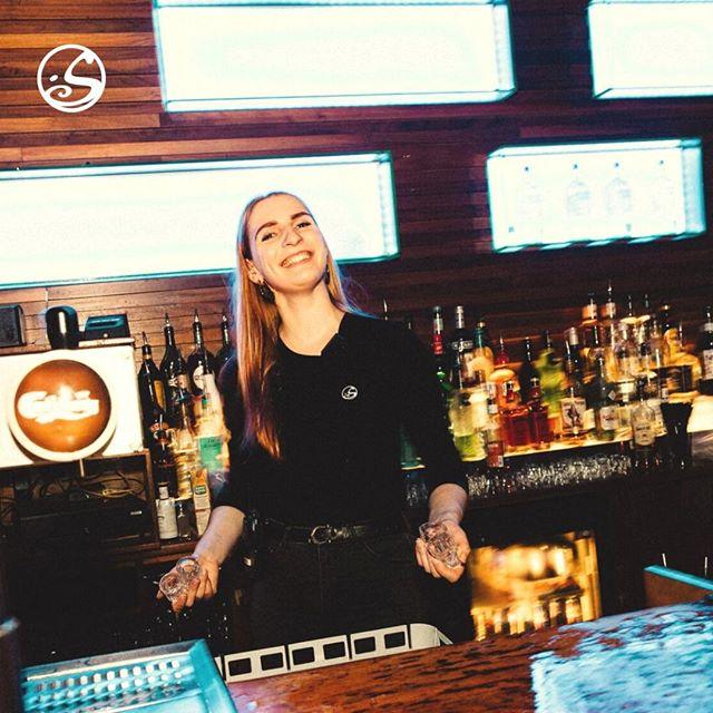 🥛 Qui dit shot ?! #bartender #killer On est prêt pour un #fridaynight de folie ! 💥 . . 🎧@dj.a.kala va faire grimper l'atmosphère #allnightlong #getready . #clubbing #parisnight #party