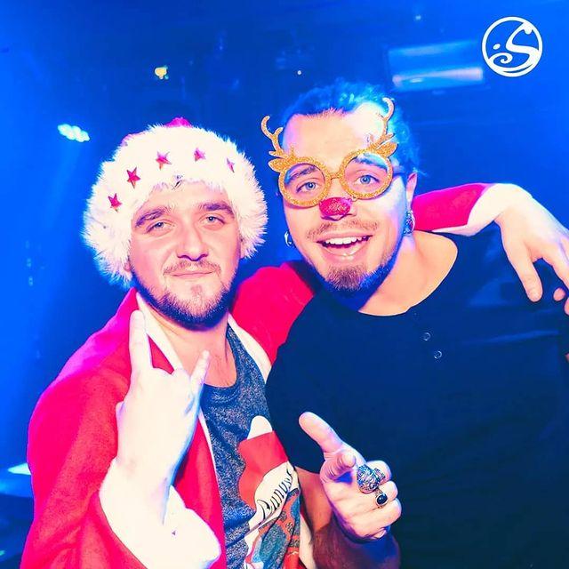 🎅 YO ho ho 🎅 Dans J-10 that's #CHRISTMAS Big up à tous ceux qui ont toujours pas acheté leurs #christmasgift.   BTW nos deux starlettes de la @rockmyofficial sont déjà à fond ! ▫️ #christmastime #xmasiscoming #xmastime #xmas #christmasmood #noel #perenoel #santa #santaclaus #party #bar #pub #music #dj #pigalle #osullivanspigalle #osullivansbackstagebythemill