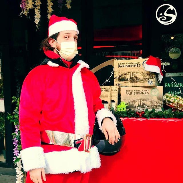 ☃️ XMAS SOON ⛄ Notre Pop-up store est toujours ouvert !  🎄 Vous avez soif ? Notre pote Santa @cefoales s'est pris son petit coffret de bières @panamebrewingcompany pour célébrer Noël !  Et pour bien ripailler on a toujours nos frites à la truffe, nos Hot Dog à la raclette et nos pâtisseries de dingues.  🕛 Open 12h00-19h30  ▫️Viens nous rendre visite ▫️  ▫️ #mulledwine #mulledcider #vinchaud  #santaclaus #santa  #noel #merrychristmas #christmas #xmas #restaurant #food #drinks #hotdog #raclette #raclettecheese #pickles #truffle #trufflesalt #truffleoil #patisserie #gateau #biere #beer #craftbeer #takeaway #food #comfortfood #streetfood #cheeseporn #pigalle #paris