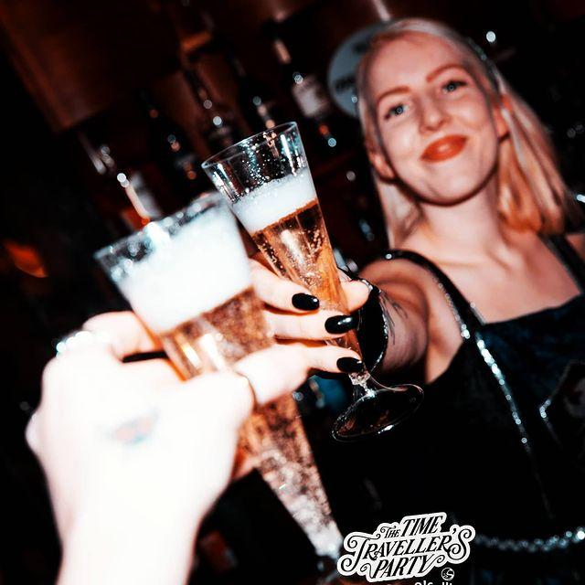 🍾 J-1!! Bye to 2020  On vous souhaite une bonne dernière journée, un f***ING réveillon malgré les circonstances ❤️  On vous a même rédigé un article sur notre site pour l'occasion 👉 https://bit.ly/34Y1nrf  ENJOY les chéris  ▫️  #cheers #champagne #cocktails #drink #drinkstagram #nye #love #thisistheend #bubbles #newyearseve #happynewyear #paris #partytime #party #newyear