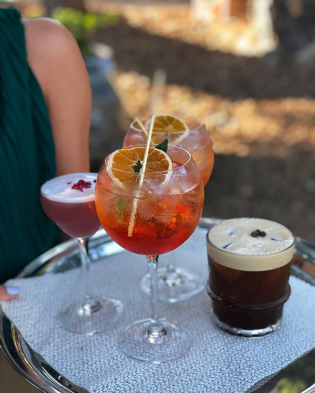 Cheers to the weekend  We cannot wait to party with you again ... 🤞  #villadjunah #djunahliving #cheers #cocktails #creativecocktails #summer