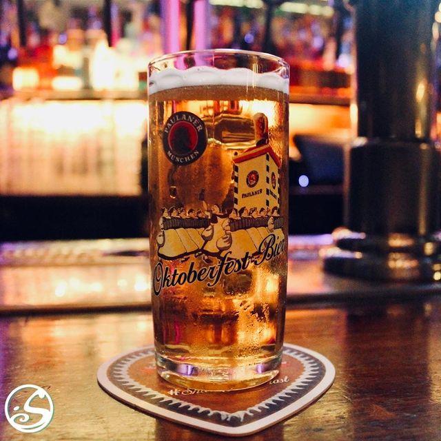 🍺 LA BIÈRE DU MOMENT ! ⠀ - - ⠀ 🙉 Avez-vous entendu parler de votre nouvelle bière du moment ? ⠀ 🙌 Pour le mois d'octobre, découvrez la Paulaner, la bière officielle pendant l'Oktoberfest. Faites-nous savoir ce que vous pensez de nos nouveaux mugs à bière ! ⠀ - - ⠀ 🍻 Promotion de l'Oktoberfest ⠀ Paulaner (50cl) avec une saucisse Allemande pour 10 euros ! ⠀ Saucisses Allemandes pour 6 euros ! ⠀ L'abus d'alcool est dangereux pour la santé, consommez avec modération ! ⠀ - - ⠀ #osgb #osullivans #irishpub #bar #oktoberfest #promotion #beer #paulaner #beermug #october #paris #grandsboulevards #thirstythursday #bieredumoment