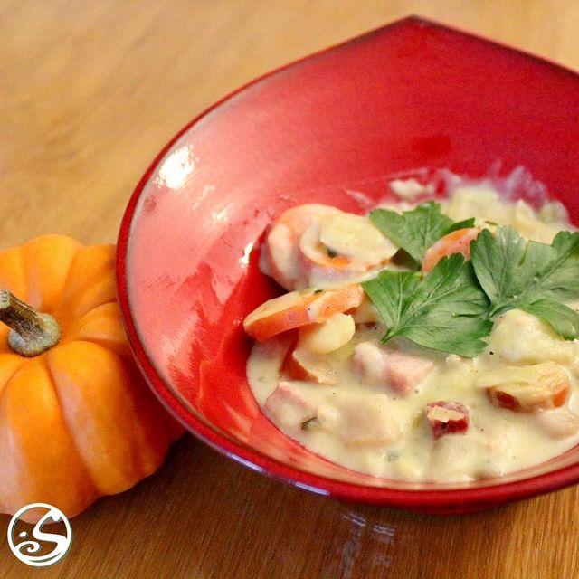 FALL FLAVOURS 🍂 ⠀ - - ⠀ 😲 Réchauffez-vous avec notre soupe crémeuse de poireaux et de jambon fumé ! 🍲 Remplie de morceaux de pommes de terre, de choux et de carottes ! Garnie de persil, c'est une soupe chaleureuse qui est bonne pour les nuits froides ! ⠀ - - ⠀ #osgb #osullivans #platdujour #irishpub #pubfood #food #fallfood #restaurant #irishrestaurant #pumpkin #autumn #soup #soupseason #localingredients #Paris #grandsboulevards