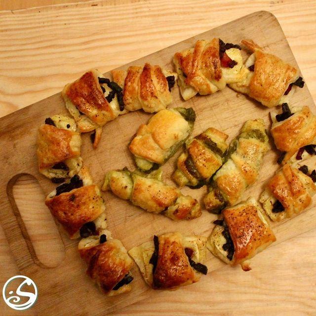 BRIE BACON BITES ! ⠀ - - ⠀ J-1 THANKSGIVING ⠀ - - ⠀ Il est important de partager quelque chose à grignoter avec vos amis. Savourez cette entrée, du fromage brie, combiné à des morceaux de bacon, enveloppé dans une pâte feuilletée et cuit au four pendant 15 minutes. Présentez-les sous forme de couronne pour donner un air plus festif ! ⠀ - - ⠀ Suivez cette recette, (la sauce aux canneberges est optionnelle) : https://buff.ly/3m3W0NW⠀ - - ⠀ #osgb #osullivans #Paris #grandsboulevards #irishpub #irishrestaurant #bacon #brie #cheese #fromage #entree #fingerfood #starter #thanksgiving #couronnne #cookingathome