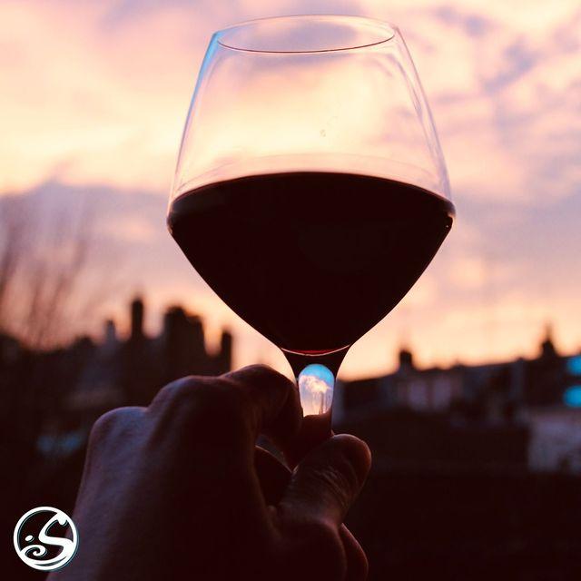 🍷 HAPPY INTERNATIONAL DRINK WINE DAY! 🍷 - -  🌅Il doit être écrit dans le ciel en fonction des couleurs du coucher du soleil. Que vous aimiez le rouge, le blanc ou le champagne, profitez d'un verre ! 🍾  👏 Nous levons notre verre à nos précieux clients. Nous pensons à vous et comptons les jours avant la réouverture !   Santé ! 🥂 - - 🗣 PSST!  Pour ceux qui aiment leur vin chaud, n'oubliez pas de lire les informations sur nos pop up shops dans notre nouveau blog ! 🔗 Link en bio.  - -  L'abus d'alcool est dangereux pour la santé, consommez avec modération! - - #osgb #osullivans #wine #vin #redwine #vinrouge #sunset #couchesoliel #irishpub #internationaldrinkwineday #clients #sante #cheers