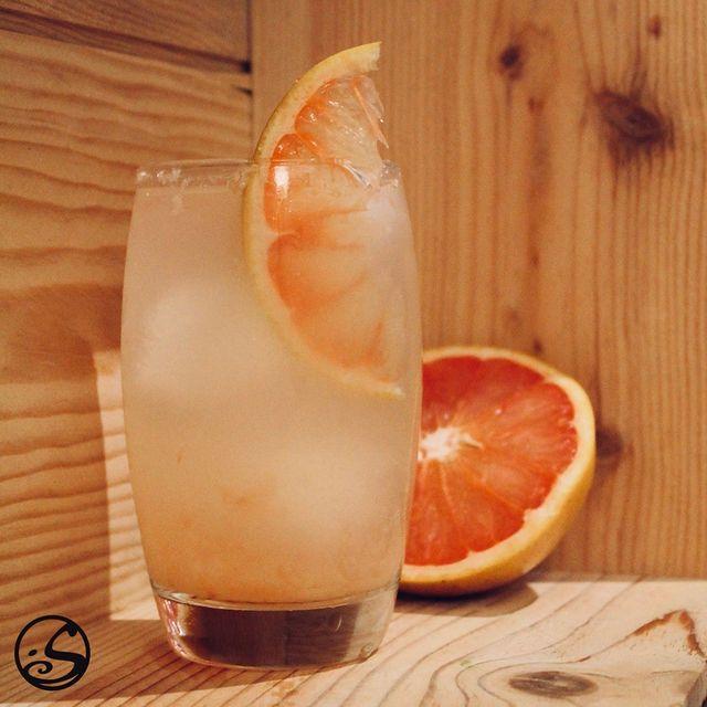 TRUC DE OUF PAMPLEMOUSSE 🍹 - -  ☀️Le soleil est enfin sorti, et le printemps est à nos portes ! 🌸Rafraîchissez votre semaine en profitant de notre cocktail du moment que vous pouvez préparer chez vous ! 🍹 - -  Recette de cocktail :  - Remplir un grand verre de glace ! 🧊 - Ajoutez 4 oz de gin ou de vodka, ou de la bière au gingembre pour la version sans alcool ! 🍸 - Ajoutez 8 oz de jus de pamplemousse ! 🧃 - Mélangez ! 🥄 - Complétez avec de l'eau tonique ! 💧 - Garnir avec une tranche de pamplemousse ! 🌱 - Savourez ! 🙌 - -  ❕L'abus d'alcool est dangereux pour la santé consommez avec modération !  - -  #osgb #osullivans #paris #grandsboulevards #cocktail #cocktaildumoment #cocktailoftheday #spring #grapefruit #gin #pamplemousse #irishpub #irishbar