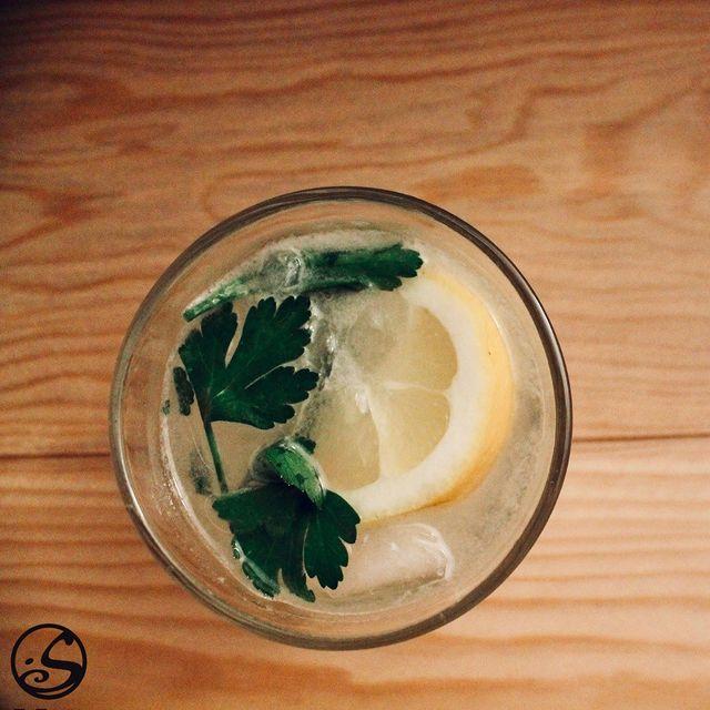 MERCI PERSIL 🌱 - -  ☘️ 15 jours avant le jour de la St Patricks !  🌿 Ajoutez du vert à votre cocktail préféré pour vous mettre dans l'ambiance !  🍸 Essayez notre cocktail du moment - Persil Gin Julep - -  👨🍳Recette à suivre: 🧊Mélanger le tout dans un shaker avec de la glace  🍃 8 feuilles de persil  🍋 3/4 oz de jus de citron ou de lime  🍬 3/4 oz de sirop simple   4 - 6 oz de Gin ou de bière de gingembre pour la version sans alcool 🥃 Mettre dans un verre à whisky  🍹 Complétez avec de l'eau tonique, et ajoutez une tranche de citron ou de citron vert pour la décoration  😍 Profitez-en !  - -  👇Dites-nous dans les commentaires quel cocktail vous manque chez nous !  - - L'abus d'alcool est dangereux pour la santé. À consommer avec modération. - -  #osgb #osullivans #paris #grandsboulevards #cocktail #cocktailbar #irishbar #parsely #persil #lemon #citron #gin #cocktaildumoment #cocktailoftheweek #green #vert