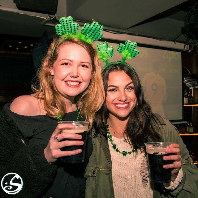 🍀 #TBT ST PADDY'S DAY ! 🍀 - -  J - 1 Grand Jeu Concours 🎁 - -  🎉 N'oubliez pas que vous pouvez célébrer la Saint-Patrick chez vous cette année grâce à nos kits. 🏃 Venez chercher le vôtre demain @osullivanspigalle et @osullivanschatelet ! - -  🔗 Consultez notre #linkinbio pour tous les détails, et n'hésitez pas à aller vous remémorer nos souvenirs des St Patrick passées !🍻 - -  #osgb #osullivans #saintpatricksday #lasaintpatrick  #memories #memorylane #green #goodtimes #friends #irish #irishbar #irishpub #guinness #beer #blog