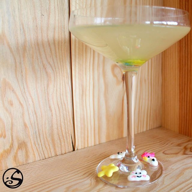 🦄UNICORNS GIVE YOU WINGS! 🕊 - -  For those of you who like #harrypotter ⚡️ and fantasy, try our 🍸 cocktail of the week, Unicorn's Pixie Dust! 🌈 Just in time for #nationalunicornday ! 🦄 - -  🍸Cocktail Recipe:  🔹1.5 oz of St.Germain  🔸1.5 oz of vodka or tequila 🔹1 oz of lemon juice 🍋 🔸Mix all ingredients in a shaker with ice, pour over frosted glass, top off with tonic water!  🔻Non-alcoholic version, substitute for ginger beer and tonic elderflower.  - - #osgb #osullivans #irishbar #irishpub #cocktail #cocktailoftheweekend #weekend #friday #happyhour  - - L'abus d'alcool est dangereuse pour la santé. À consommer avec modération.