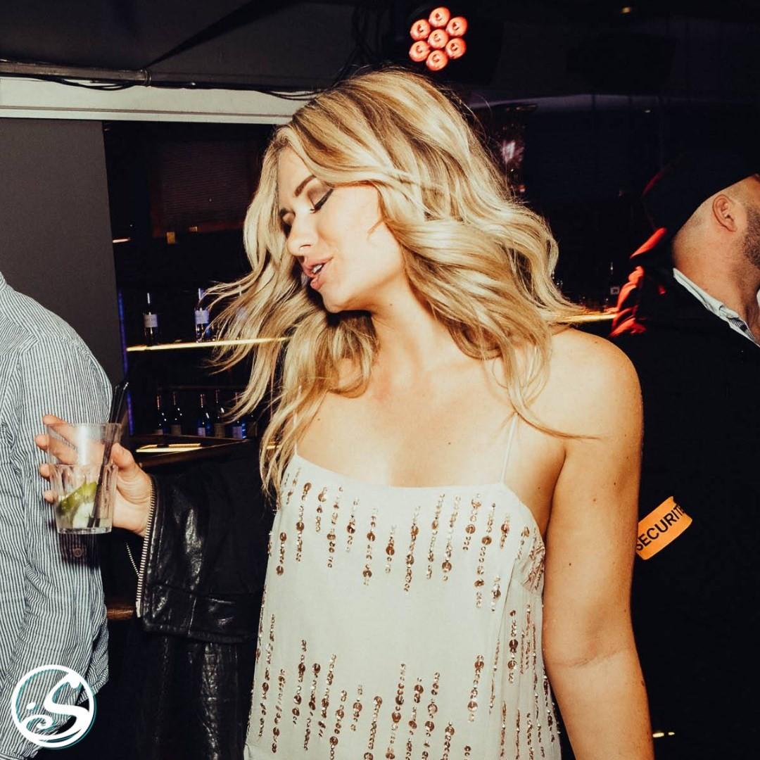 DANCE LIKE NO ONE IS WATCHING! 💃 - -  #flashbackfriday ⚡️ to our live DJ sets 🎧 and dancing from dusk till dawn! 🌆 We are counting down the days till we can do this again! #staystrong! 💪 - -  #osgb #osullivans #restezfort #dance #club #irishbar #irishpub #weekend #friday #memories #fridaymood #paris